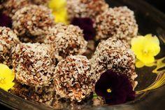 Kookospallot,chocolate treats. Www.sweetfoodomine.com