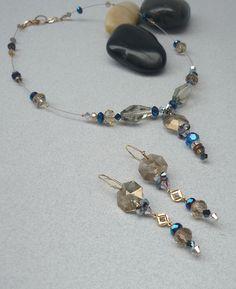 Detalle del set de collar y pendientes de largo medio.