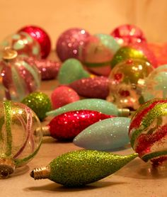 Keep your old Christmas light bulbs and re-purpose them into tree decorations. Great idea! #crafts #Christmas #glitter