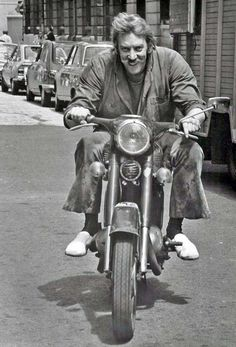 Todo Cine — Donald Sutherland on a Triumph. Cafe Racer, Triumph Motorcycles, Vintage Motorcycles, British Motorcycles, Moto Scooter, Vespa Motorbike, Motos Vintage, Donald Sutherland, Kiefer Sutherland