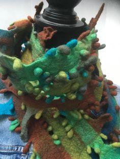 handgemaakte sjaal van wolvilt in mooie aardetinten. kan 2x om de nek gedragen worden, zie de eerste foto.