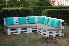 Take a look at these pallet patio DIY sofa ideas to turn your patio into a cozy, chic, glamorous, rustic, retro place for relaxing Unique Furniture, Pallet Furniture, Garden Furniture, Outdoor Furniture Sets, Outdoor Decor, Pallet Lounge, Pallet Patio, Diy Patio, Pallet Bank