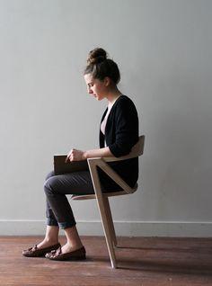 フランス人デザイナー・Benoit Malta氏考案の、二本足のイス「Inactivité」。どうやって座るのかというと、座る人が常にバランスを取り続けなければいけないらしい。使用する人の重心を利用した椅子である。