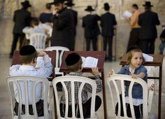 Fulvio Pellegrini, Bambino annoiato dalla lettura dei testi volta le spalle al Muro del Pianto (Gerusalemme)