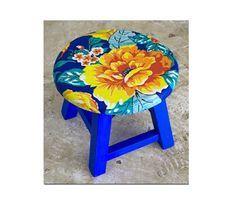 Uma ideia é aplicar o tecido em um banquinho para dar um outro visual à decoração. (Reprodução/ Pinterest)