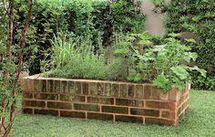 O canteiro de tijolos atende ao pedido da moradora, que queria uma horta no jardim com 40 cm de altura - o que facilita no manuseio dos temperos