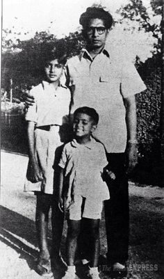 Young Big B with father and brother Rare Pictures, Rare Photos, Indian Caste System, Bollywood Stars, Indian Bollywood, Sanjeev Kumar, Indian Star, Famous Photos, Vintage Bollywood