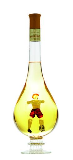 Focistáknak és foci rajongóknak egyaránt különleges ajándék lehet ez a lombik formájú díszüvegbe zárt focista. Bármilyen alkalomra is szánod, biztos lehetsz benne, hogy az ajándékozottad sokáig őrzi majd az üveget, és annak szívhez szóló emlékét, kitől és miért kapta. A lombik formájú díszüveg Tokaji furminttal töltött. Lombok, Wine Decanter, Wine Carafe