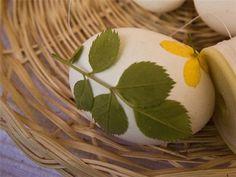 huevo con hojas, se envuelve en malla, se pone a hervir y se quita la malla y las flores
