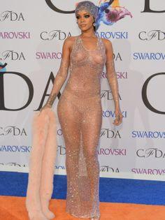 """""""Bad Girl Riri"""" trug bei ihrem Auftritt im New Yorker Lincoln Center ein sehr transparentes Kleid von Adam Selman, das mit über 230.000 Swarovski-Steinen bestickt war. Zur Verteidigung kann man nur mutmaßen, dass die Transparenz des Kleides bei Blitzlicht unterschätzt wurde. Denn dass der Nude-Slip so sichtbar ist, kann kaum die Absicht gewesen sein. (Fotos: Getty Images)"""