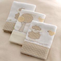 As Fraldinhas de Boca são bordadas à mão com desenhos da Ovelhinha e passarinhos brincando. Feitas em algodão, têm barra de tecido poá e detalhes bege, tema da coleção. São 03 unidades de 32 x 32 cm cada.