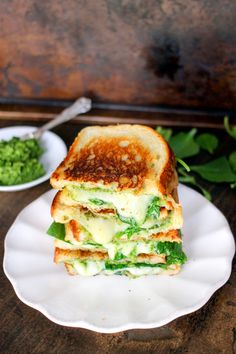 Spinach Pesto Grilled Cheese is stuffed with delicious smoked gouda cheese, spinach, and a homemade spinach pesto - it& to die for! Bagels, Healthy Cooking, Cooking Recipes, Pesto Grilled Cheeses, Smoked Gouda Cheese, Soup And Sandwich, Wrap Recipes, Mediterranean Recipes, Vegan Dishes