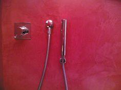 Box doccia rivestito di Microbond, effetto spatolato color magenta.