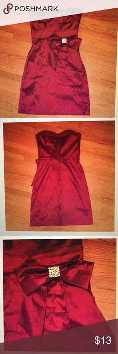 DEB purple/magenta iridescent dress Includes a rhinestone brooch on the bow. Tag says size 7 but fits size 4. The dress has nice support and the layers at every flattering! You could even stick your phone in one of the flaps if you want lol. Zipper back, ends above the knee. Price negotiable :) Deb Dresses