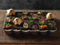 It's almost Halloween and it is time to think about fun treats for the kids. These Creepy Graveyard Pull-apart Cupcakes from Food Network Kitchens look pretty cute. Halloween Cupcakes, Gateau Halloween Simple, Soirée Halloween, Halloween Desserts, Holidays Halloween, Halloween Treats, Halloween Graveyard, Halloween Baking, Halloween Drinks