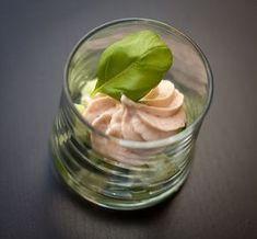 6 glaasjes 130 g gerookte zalm 1 eetlepel mascarpone 2 eetlepels volle melk snuifje peper 1/2 komkommer witte ...