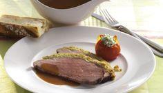 Roastbeef sollte es nicht nur während der Grillsaison geben. Dieses Roastbeef mit würziger Zwiebel-Senf-Kruste kannst du ganz einfach auch in der Pfanne machen. Die Grilltomaten mit leckerer Kräuter-Frischkäsefüllung geben eine fruchtige Note dazu.