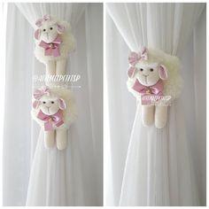 """452 curtidas, 41 comentários - Ateliê Le Petit - SJCampos/SP (@atelielepetitsp) no Instagram: """"Prendedor de cortina um mimo a mais para a decoração🐑💞🐑 ------♡------ Orçamentos e encomendas…"""" Sheep Crafts, Felt Crafts, Diy And Crafts, Decorating Toddler Girls Room, Easter Lamb, Pom Pom Crafts, Sewing Toys, Felt Diy, Felt Dolls"""