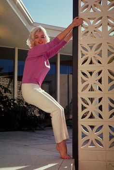 Marilyn Monroe at Tim Leimert's house in the North Hollywood Hills, photographed by George Barris, June-July Marilyn Monroe 1962, Marilyn Monroe Clothes, Marilyn Monroe Style, Beautiful People, Beautiful Women, Image Fashion, Women's Fashion, Actrices Hollywood, Glamour