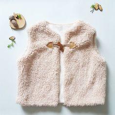 Patron de couture bébé et enfant, gilet de berger modèle Goya. Patron gratuit à télécharger au format pdf. Niveau de couture 1, facile pour débuter et chouchouter nos petits :) free sewing pattern for kids