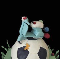 Tarta fondant con moto y pelota de fútbol.
