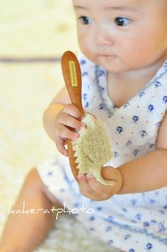 ヤギ毛を使ったベビーヘアブラシは、天然木のブナを使った軽い仕上がり。ヤギ毛は長毛のアンゴラ種から取ったもので、衣料品にも使われるとても繊細で柔らかいものを使用しています。全て自然素材で作られているので、静電気が起きにくく、なめらかな感触。赤ちゃんのデリケートな地肌にも安心して使うことが出来ます。