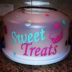 Personalized cake carrier  FB www.facebook.com/sweetsandcrafts?ref=tn_tnmn Cricut Cake, Cricut Vinyl, Monogram Cups, Monogram Gifts, Cupcake Container, Cake Storage, Cupcake Carrier, Silhouette Cameo Vinyl, Cake Holder