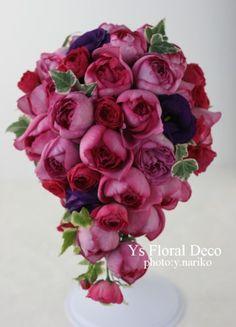 本日お届けしました、濃いピンクのイヴピアッチェという名前のバラを主体に、濃い紫色を挿し色にしたティアドロップブーケです。ラベンダ色のドレスにあわせていただ...