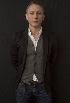Daniel Craig Portrait Photograph - after James Bond Daniel Craig James Bond, Daniel Craig Style, Rachel Weisz, Stylish Men, Men Casual, Cardigan Gris, Cardigan Shirt, Daniel Graig, Outfits Hombre