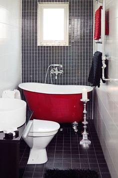 SALLE DE BAIN ROUGE Le rouge est rarement la première couleur qui vient à l'esprit en imaginant une salle de bain. Mais il ne manque pourtant pas de potentiel pour créer un espace plein d'énergie et de motivation, pour commencer la journée en beauté ! #salledebainrouge #interieurrouge #designrouge