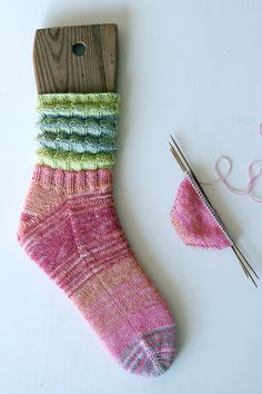 Rabarbersockan – en vårfin uppstickare! Knitting Socks, Christmas Stockings, Knit Crochet, Free Pattern, Knitting Patterns, Diy And Crafts, Slippers, Holiday Decor, Creative