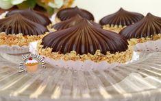 Asalam Alaykom, Je vous propose aujourd'hui de délicieux sablés en forme de coupole, garnis de chocolat et d'une crème au beurre au halwa turc, bonne et pas trop sucrée. Ingrédients: 150 g de beur… Algerian Recipes, Mini Cupcakes, Biscuits, Muffin, Food And Drink, Candy, Cookies, Breakfast, Cooking Recipes
