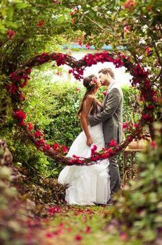 Sei una donna passionale e ami stupire? Allora il rosso è il colore giusto per te! Ormai, sono tantissime le spose che scelgono il colore della passio...