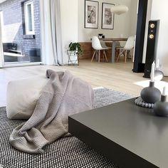 Dieser Couchtisch ist ein Traum und passt perfekt zu der tollen Einrichtung.  Foto von @_inlifa_  #Couchtisch #Wohnzimmer #livingroom #wohnbereich #modern #zeitlos #Inspiration #Inneneinrichtung #wohnstil #wohntrend #wohntrends #home #einrichten #wohnen #interiordesign #interiordecorating #Möbel #Design #Livarea #Novamobili