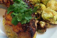 Συνταγή απλή, εύκολη και πολύ νόστιμη. Γίνεται με όποιο κομμάτι από το κοτόπουλο θέλετε, μπούτια ή στήθος, και απλώς αλλάζετε την ώρα ψησίματος. Η κρούστα από αμύγδαλο και γιαούρτι είναι πολύ νόστιμη και κάνει το κοτόπουλο να κρατήσει όλους τους χυμούς του κατά το ψήσιμο.