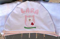 Toalha confeccionada em tecido fralda branco. Com capuz e aplicação com corujinha.   Medida 120 cm x 0,70 cm R$ 48,00