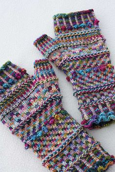 Miss Monet's Fingerless Mitts Socks That Rock lightweight Jewel of the Nile stranded with Grimm's Willow-wren. Crochet Gloves, Knit Mittens, Knit Or Crochet, Knitting Socks, Loom Knitting, Hand Knitting, Knitted Hats, Knitting Patterns, Crochet Patterns