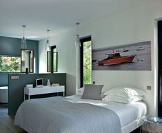 Une suite parentale sur le thème de la mer  La chambre parentale avec sa salle de bains dessinée par Adra Bataille a l'allure d'une belle suite d'hôtel.   #peinturenaturelle #peinturevegetale #gris #blanc #olterre
