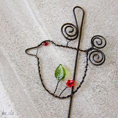 Drátovaný zápich - Poletuji Dekorativní zápich - zavěšený ptáček ze železného drátu, doplněný skleněnými červenými a zelenými korálky. Ptáček se pohupuje a poletuje. Jako jarní dekorace do okna, ozdoba květináče, ozdoba suchých vazeb, jako dárek, atd. Celková délka cca 38cm, ptáček 10x9cm. Cena za jeden kus, kus od kusu se mohou minimálně lišit. Ve vlhku ...
