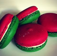 Make them red and blue macaroons with white filling and they'd perfect for the Christmas Tea Party, Christmas Candy, Christmas Desserts, Christmas 2019, Christmas Tree, Macaroon Cookies, Christmas Cookies, Christmas Macaron Recipe, Holiday Baking