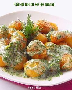 Ingrediente: * 1 kg de cartofi * ulei de masline * carnati cabanos Good Food, Yummy Food, Romanian Food, Cooking Recipes, Healthy Recipes, Hungarian Recipes, Food Design, Fresh Rolls, Food And Drink