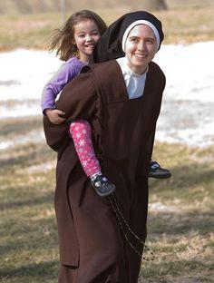"""""""Nadie que vuelva a usted sin irse mejor y más feliz. Es la expresión viva de la bondad de Dios: bondad en tu rostro, bondad en tus ojos, bondad en tu sonrisa. """" Madre Teresa"""