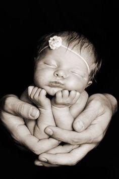 NewBorn Photograpy: 12 Adorable Newborn Photos You Have to Take! Newborn PhotograpySource : 12 Adorable Newborn Photos You Have to Take! Baby Poses, Newborn Poses, Newborn Shoot, Newborns, Girl Poses, Sibling Poses, Newborn Bebe, Foto Newborn, Baby Newborn