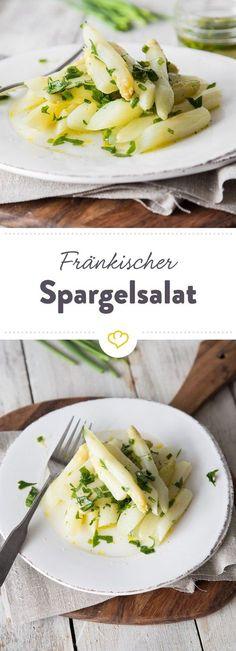 Lass die Sauce Hollandaise mal weg und iss deinen Spargel kalt. Als Salat in würziger Vinaigrette mit frischen Kräutern machen die Stangen richtig was her.