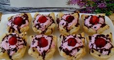 Pudingos kosárkák 🍮🍓   Erika receptje - Cookpad receptek Doughnut, Muffin, Desserts, Food, Tailgate Desserts, Deserts, Essen, Muffins, Postres