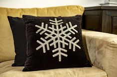 Cojín negro con copo - KENA Lily, Throw Pillows, Style, Paper, Templates, Crochet Decoration, Sewing Stitches, Fabrics, Halloween Wreaths
