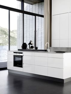Mano kitchen|Kvik black, white with copper piping would be beautiful! Interior Exterior, Kitchen Interior, Interior Architecture, Luxury Kitchen Design, Modern Interior Design, Design Interiors, Minimalist Kitchen, Minimalist Interior, Kitchen Dinning