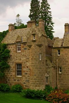 Cawdor Castle (from Content in a Cottage) Scotland Castles, Scottish Castles, Castle Ruins, Medieval Castle, Beautiful Castles, Beautiful Places, Palaces, Cawdor Castle, Small Castles
