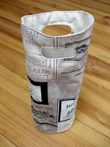 Free Tuto: the fabric wine bottle bag - Haberdashery online, printed fabrics, sequin stripes, free tutorials, concept store Recycled Gifts, Recycled Denim, Couture Sewing Techniques, Wine Bottle Covers, Bottle Bag, Diy Sewing Projects, Haberdashery, Printing On Fabric, Diy And Crafts