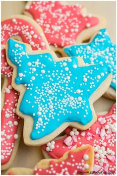Use this tutorial on how to make royal icing recipe for piping and decorating sugar cookies. This quick and easy cookie icing dries hard and tastes great. Royal Icing Recipe With Egg Whites, Royal Icing Cookies Recipe, Easy Royal Icing Recipe, Sugar Cookie Icing, Cookie Frosting, Sugar Cookies, Buttercream Frosting, Yummy Cookies, Yummy Treats